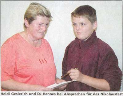 Heidi Gesierich und DJ Hannes bei Absprachen für das Nikolausfest (und wir sprechen hier vom Nikolausfest der Dorfgemeinschaft Göhren in der dortigen Bushalle!)