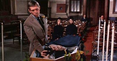 """Der Spiegel beschlägt nicht, die Leiche ist tot: James Coburn und Audrey Hepburn in Stanley Donens """"Charade"""" (1963)"""