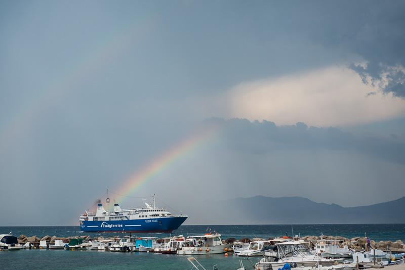 Fährschiff vor Agistri mit Regenbogen