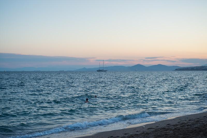 Blick über das Meer, im Hintergrund ein Segelschiff