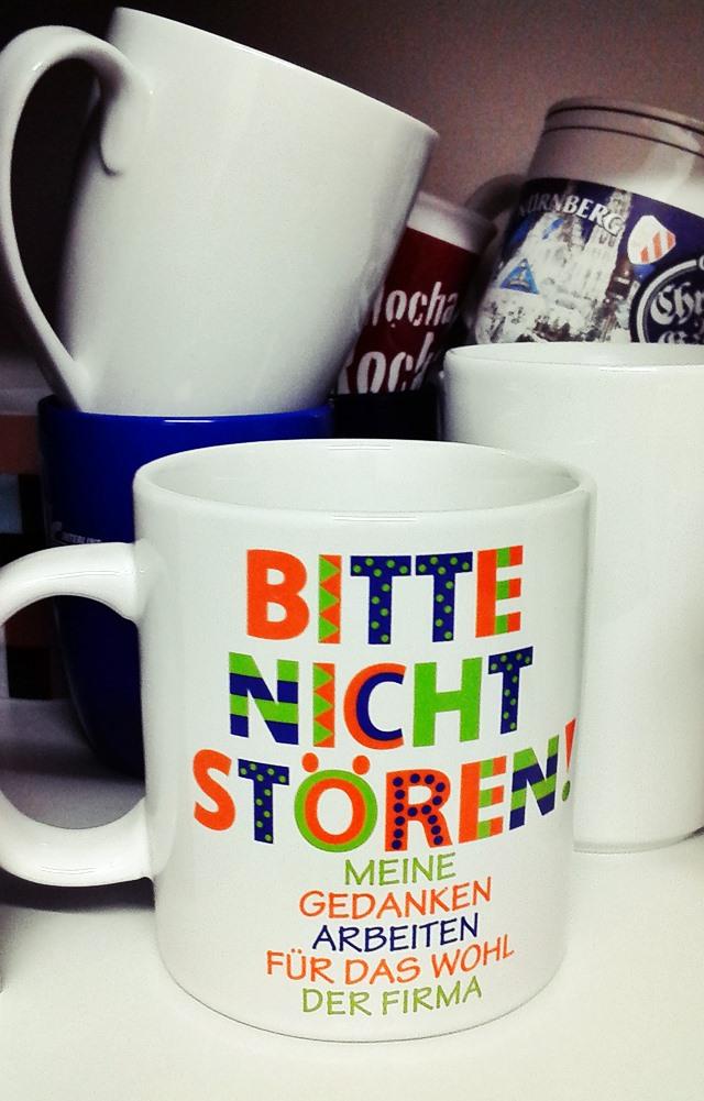 Lustige Sprüche ist das Thema des Beitrags. Da braucht man nur auf die Schreibtische der Kollegen schauen, um peinlich lustige Sprüche auf Kaffeebechern zu finden.