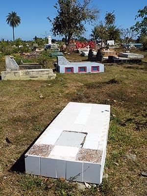 Enamanu Road Cemetery - Nadi - Viti Levu - Fiji - 14 September 2010 - 9:35
