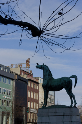 Pferdestatue von Gerhard Marcks vor dem Stadttheater