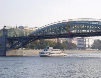 Fußgängerbrücke am Kiewer Bahnhof