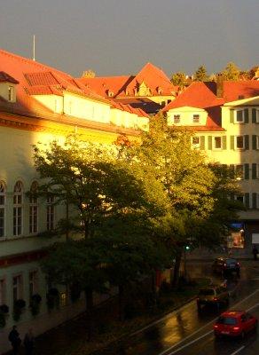 Sonne und Regen im Clinch am Museum in Tübingen