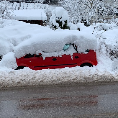 Fahrn'se mal bitte kurz ihren Wagen da weg? Ich muss da Schnee schüppen!