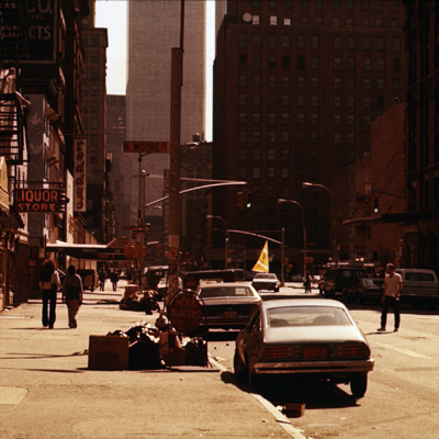 Wo ist der Radfahrer mit Segel am Rad? ... ganz in gelb oberhalb des Pkw's. Aufgenommen in der  Wall Street wo es meist sehr windig ist.