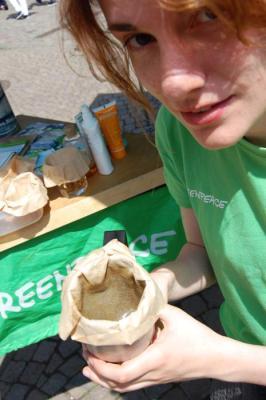 Daphne Tokas fischt Mikroplastik. (Bild: m_)
