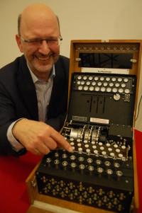 Albrecht Beutelspacher und die Enigma im Mathematikum. (Bild: m_)