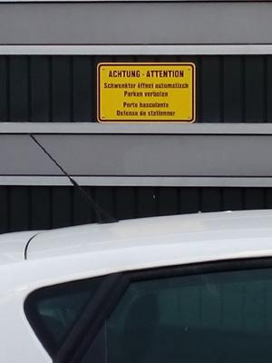 Schwenktür öffnet automatisch. Parken verboten.