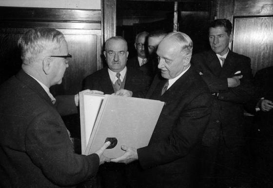 Ernst Koref, Bürgermeister von Linz und Adolf Schärf, Parteivorsitzender, Vizekanzler und Bundespräsident in den 60er Jahren