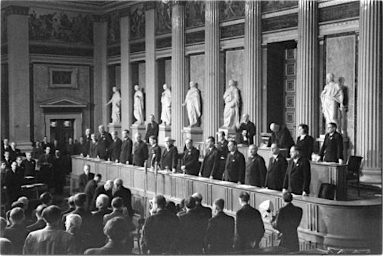 Konstituierende Sitzung des Nationalrates 1945, Regierungsbank, in der Mitte Karl Renner, links von ihm Leopold Figl, rechts Adolf Schärf; Vorsitz Alterspräsident Karl Seitz, © ÖNB / Fritz Zvacek