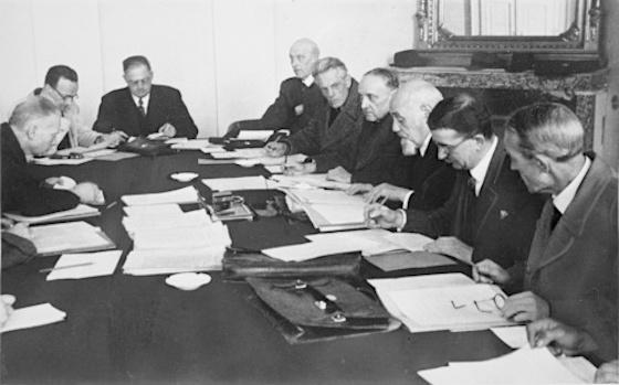 Leopold Figl, zweiter v.r., links neben ihm Karl Renner, Adolf Schärf und Johann Koplenig. Ministerrat der Provisorischen Staatsregierung 1945, © ÖNB / Fritz Zvacek