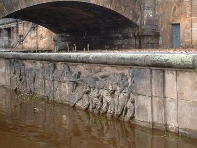 Relief der Bomätscher bei Hochwasser, an der Carolabrücke Dresden