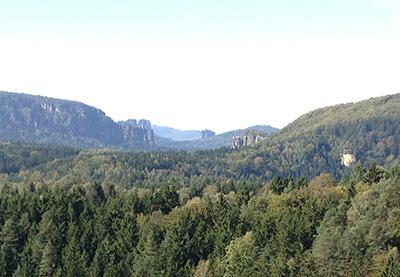 Blick vom Arnstein: vorn Affensteine mit Bloßstock, dahinter die vorderen Schrammsteine, rechts davon der Falkenstein