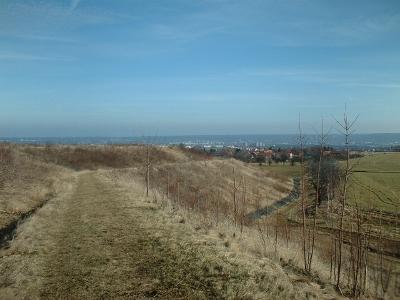 neuer Wanderweg auf der Halde am Marienschacht mit Aussichtspunkt bis in die Sächsische Schweiz