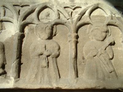 Priestermönch mit Buch und Weihrauchkessel