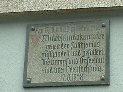Bischofswerda, Gedenktafel am Rathaus, darüber Liktorenbündel