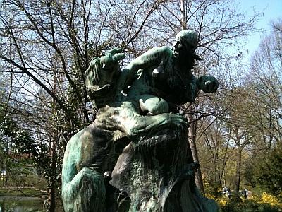Zwei Mütter in Wassersnot, Löwin und Menschenfrau, Plastik Bürgerwiese Dresden