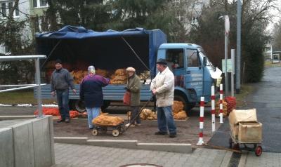 Wochenmarkt in der Plattenbausiedlung am Spitzgrund, Coswig: Kartoffeln und Futtermöhren