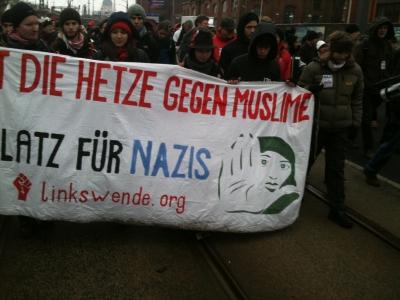 Stoppt die Hetze gegen Muslime - Plakat von linkswende.org Wien zum 19. Februar in Dresden