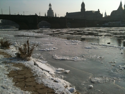 Eisschollen auf der Elbe, Treidelpfad, Frauenkirche Dresden