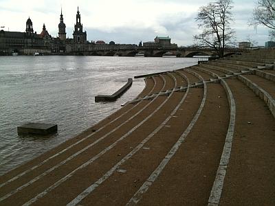 Freilichtbühne am Elbufer bei Hochwasser mit Blick auf die Hofkirche und den Hausmannsturm