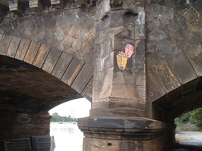 Streetart an der Carolabrücke, die Elbe bei Hochwasser