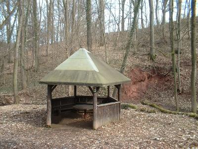 alle Brücken und Wege im Gebergrund wurden erneuert, auch diese Schutzhütte
