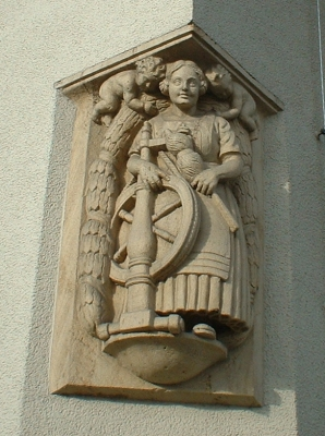 Figur der Spinnerin am Rathaus Coßmannsdorf