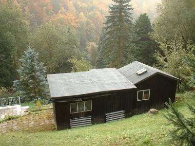 das schwarze Haus am Friedhof