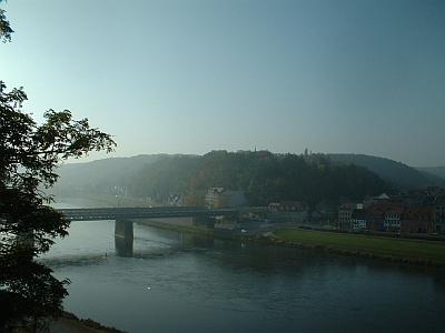 Meißen, Blick vom Ratsweinberg auf die Eisenbahnbrücke im Morgennebel, Herbstmorgen, Oktober